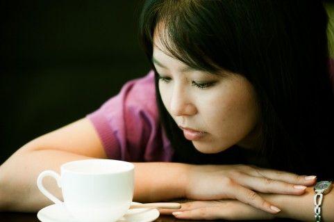 悲しみと落ち込みと憂いを抱える女性
