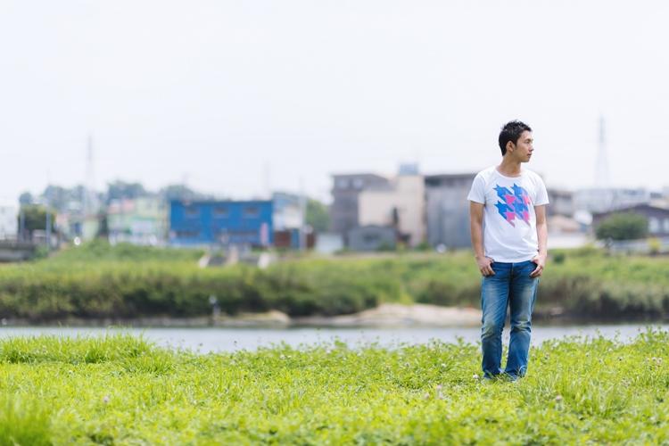 河川敷を歩く青年