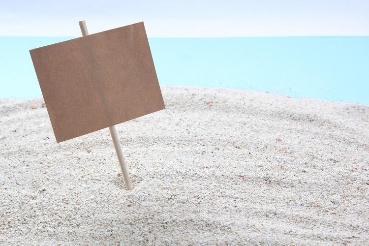 ビーチの木の看板