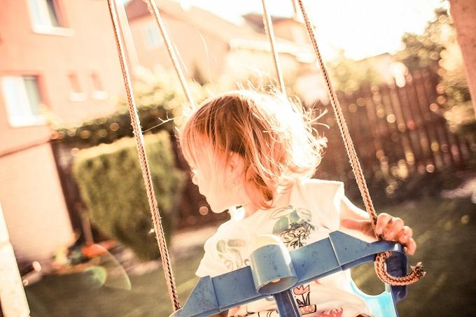 ブランコで遊ぶ女の子