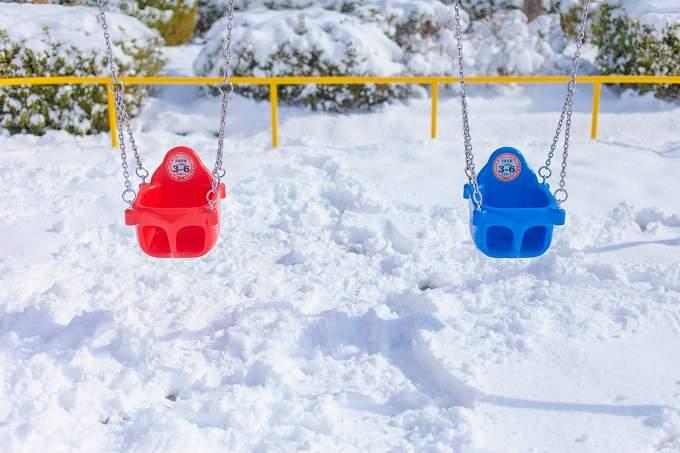雪景色とブランコ