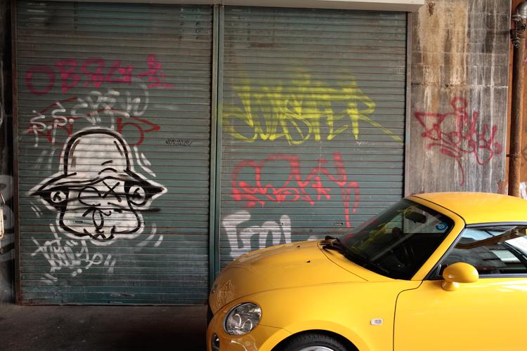 黄色い車と落書き