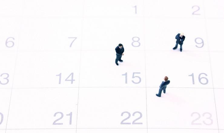 カレンダーの上のビジネスマン
