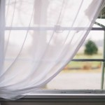 窓にかかる白いカーテン