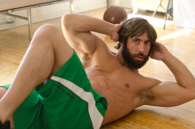 カメラ目線で自分の筋肉をアピールしてくる外国人男性