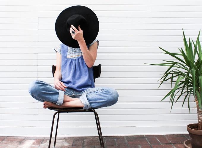 帽子で表情を隠す女性