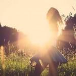 光の中で踊る女性