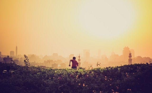夕陽に向かって走る少年