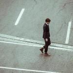 とぼとぼ歩く男性