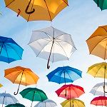 青空と色とりどりの傘