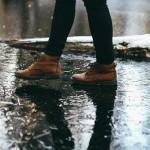 雨の中を歩く