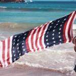 海で旗をたなびかせる少しワイルドな女の子