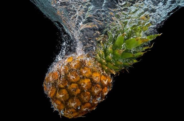 水中に沈むパイナップル