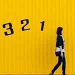 歩く女性に続く数字