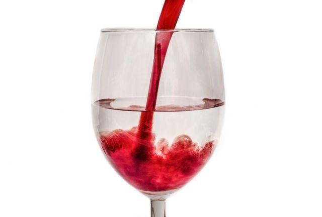グラスに注がれる赤