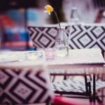 テーブルの上のグラスと一輪の花