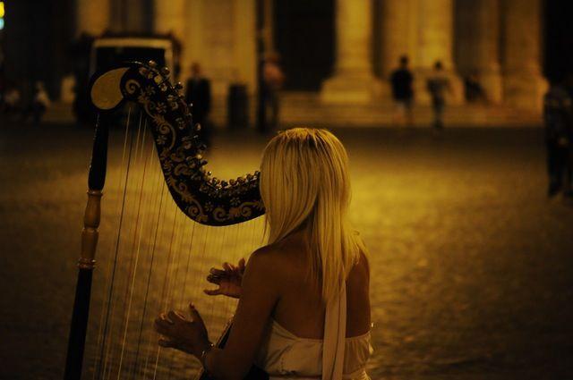 ハープを奏でる女性
