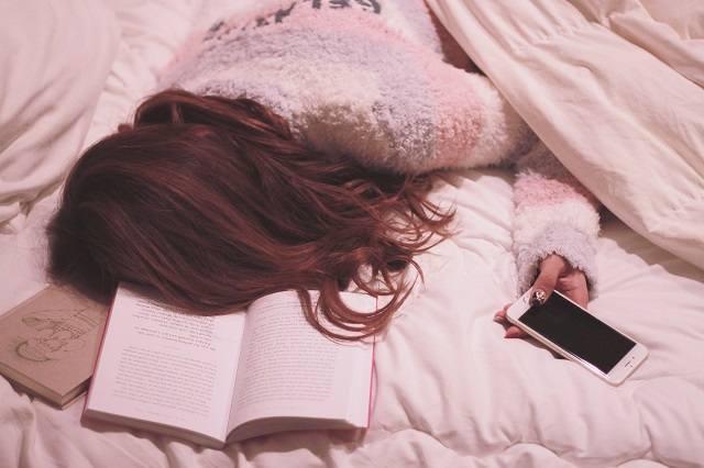 ベッドで寝落ちしてしまった女の子