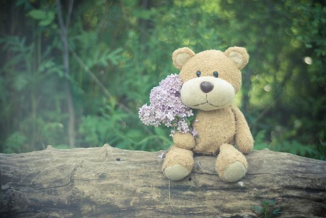 花を持ったテディベア
