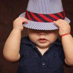 帽子を深く被る男の子