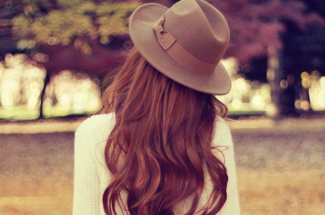帽子をかぶったロングヘアの女性