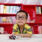 丸メガネをかけた男の子