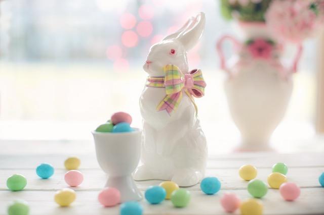 陶器のウサギとキャンディ