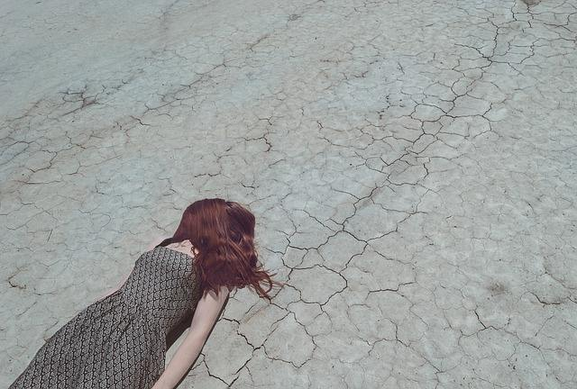 倒れた長い髪の人