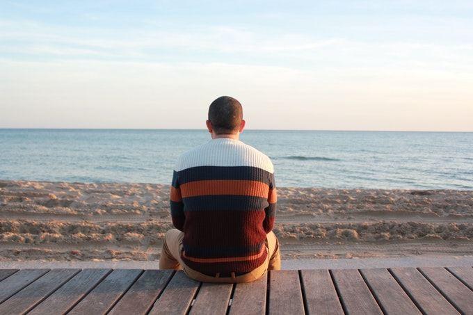 海を見つめる男性