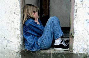 顔を覆って泣く女の子