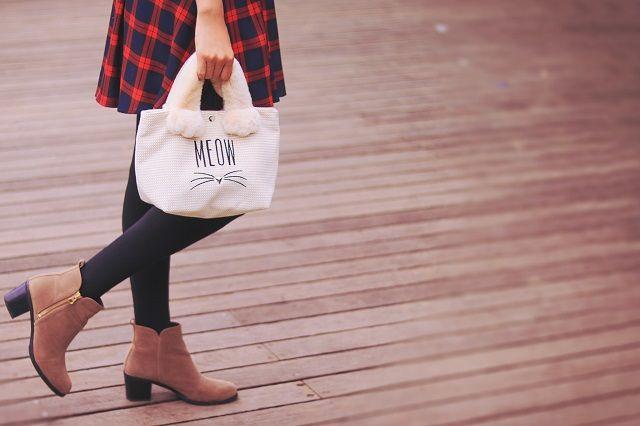 猫トートを持ってウッドデッキを歩く女の子