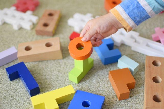 散らかった子供用おもちゃ(パズル、積み木)