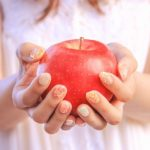 リンゴを差し出す女の子