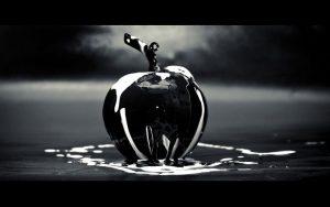 水に濡れたガラスのリンゴ