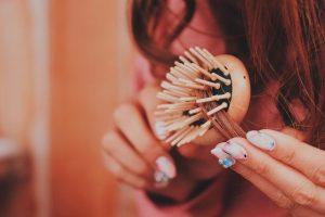 ブラシで丁寧に髪をとかしている女の子