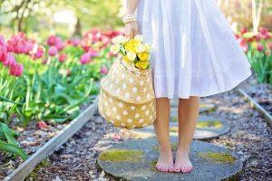 春、白いスカートをはいた裸足の女の子