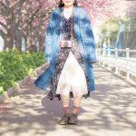 桜の下のカメラ女子