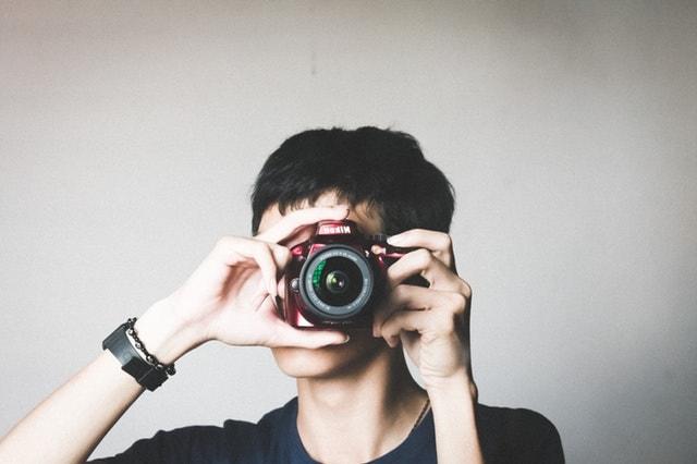 カメラをこちらに向ける人