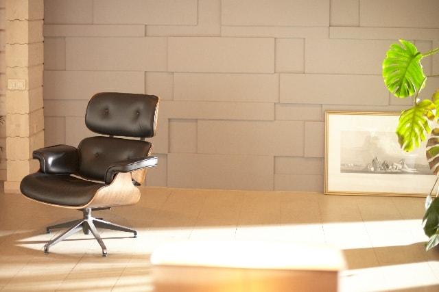 日が差す部屋と椅子