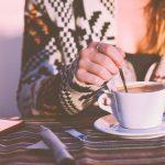 コーヒーをかき混ぜる女性