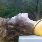 仰向けに寝ころぶ女性の横顔