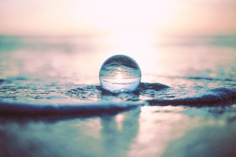 何もない空の下、目的もなく揺れている波