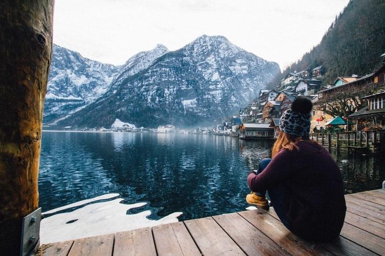 自然を眺めるニット帽を被った女性