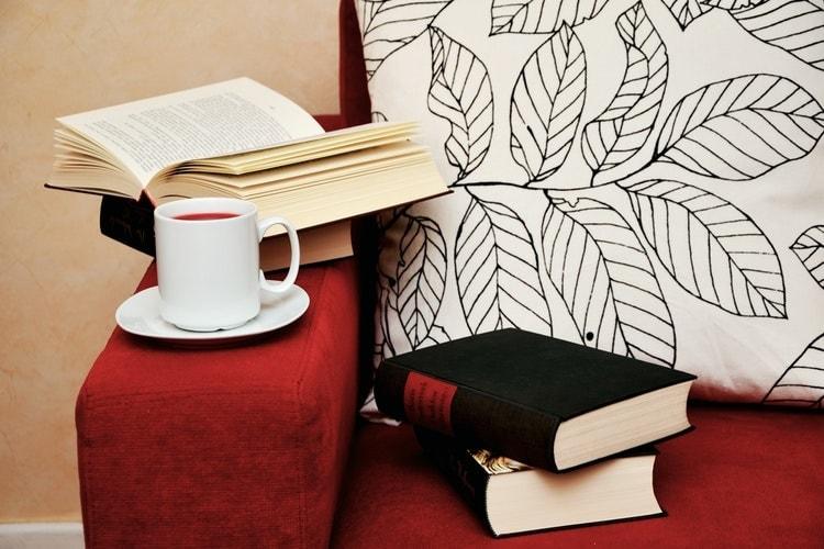 ソファに置かれた本