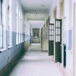 学校の廊下と開かれた教室の扉