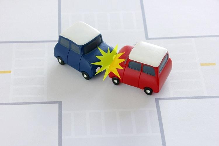 正面衝突する2台の車