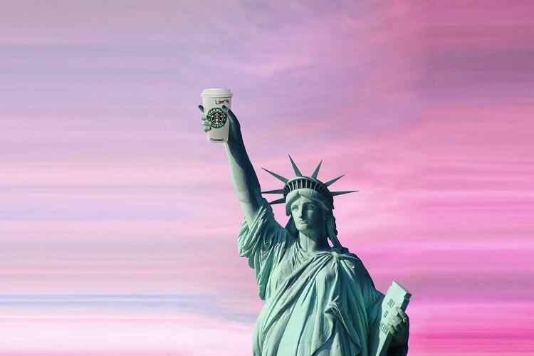 コーヒーカップを掲げる自由の女神