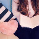 ソファで読書をする女の子