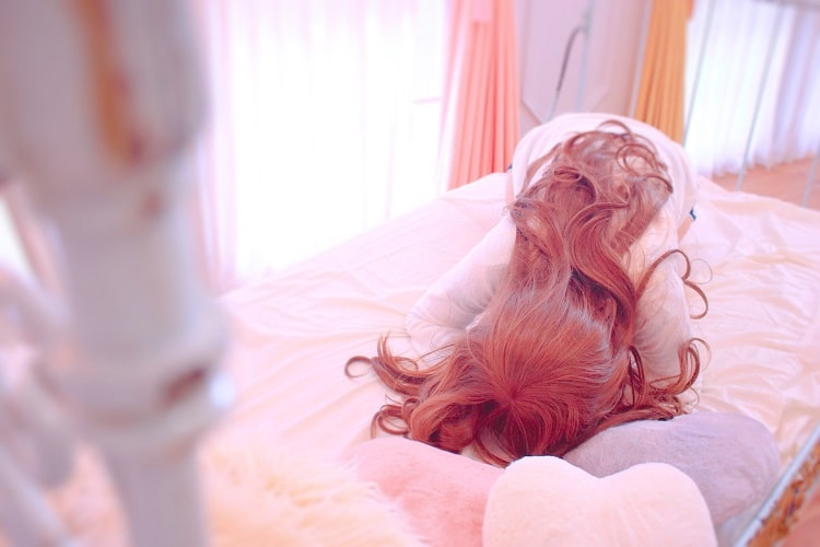 朝が苦手すぎてうなだれている低血圧な女の子