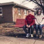 公園のベンチでぼけーっとする男女